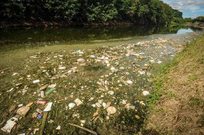 É encontrada nata de lixo na Lagoa da Pampulha