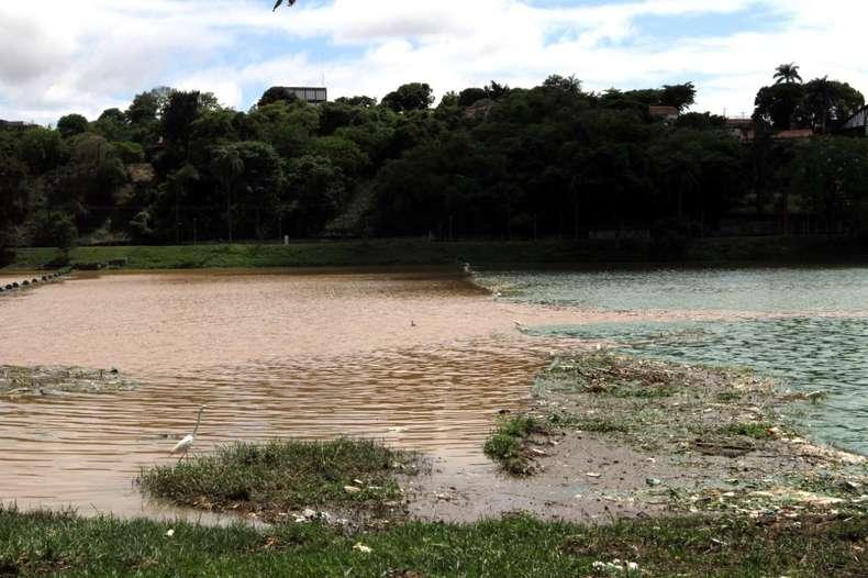 Lagoa da Pampulha amanhece com 'duas camadas'